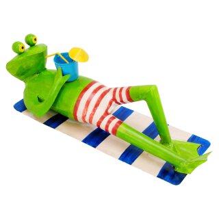 dekorative Froschfigur als Badefrosch auf Strandmatte mit Getränk Metall handbemalt