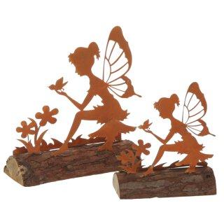 dekorative bezaubernde Elfe mit Vögelchen und Blümchen sitzend auf Holzstamm