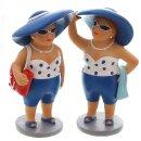 dekorative witzige kleine Dekofigur Strandlady mit Badetuch oder Badetasche blau-weiß
