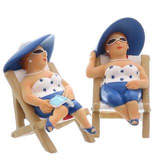 dekorative witzige kleine Dekofigur Strandlady im Liegestuhl mit Buch oder ohne Buch blau-weiß
