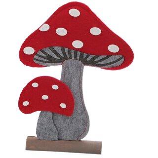 stimmungsvolle dekorative Deko-Fliegenpilze als flache Silhouette aus Filz auf Holzfuß